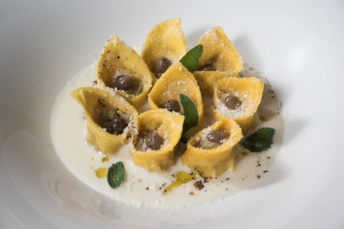 """Cappelletti """"Ferraresi"""", salsa al Grana Padano e tartufo estivo in gocce"""